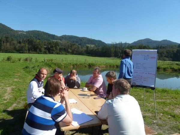 Innovative, strategische, kreative Meetings umgeben von Natur