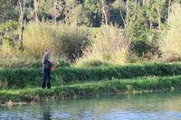 Winni beim Füttern der Fische